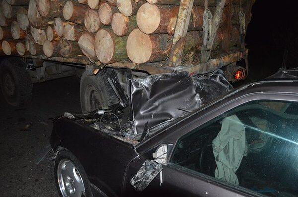 В Івано-Франківській області легковик врізався у лісовоз